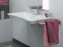 VitrA a conçu le lavabo Conforma pour les personnes à mobilité réduite, qui peuvent l'utiliser en étant assises.